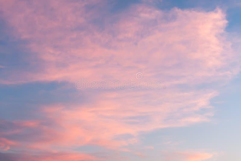 Nubes rosadas Wispy en la puesta del sol en Salt Lake City imagen de archivo