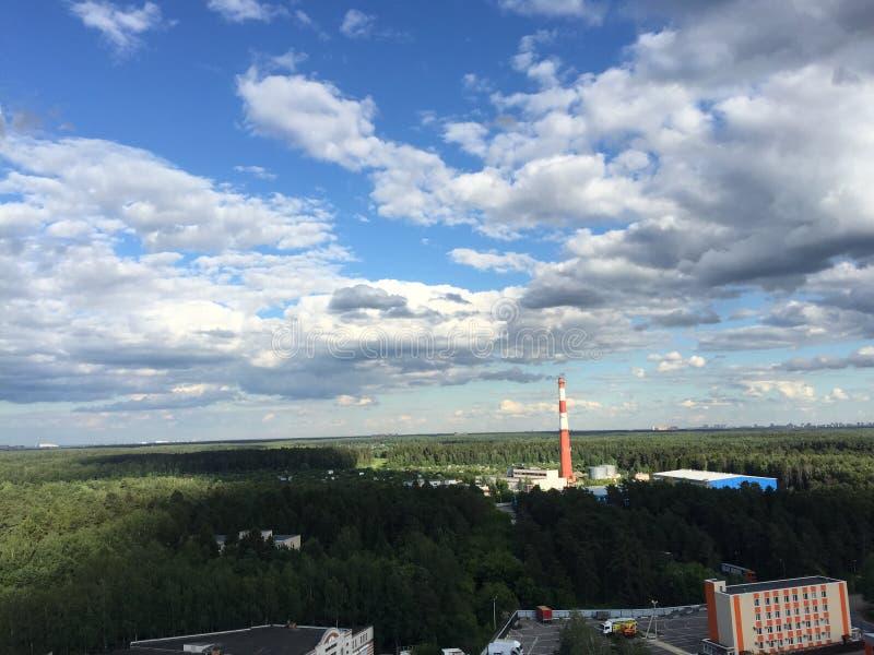 Nubes sobre el bosque cerca de la ciudad imágenes de archivo libres de regalías