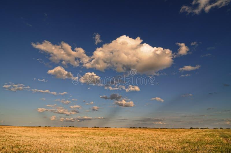Nubes sobre el campo imagen de archivo