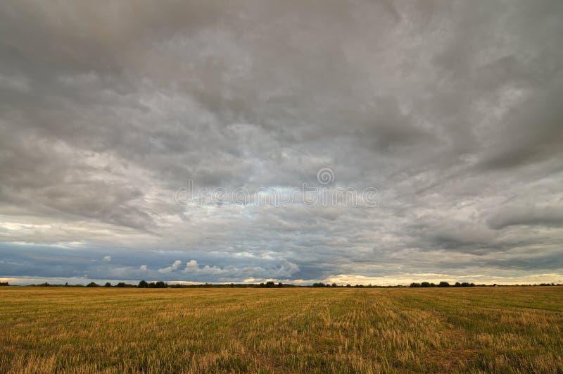 Nubes sobre el campo fotografía de archivo