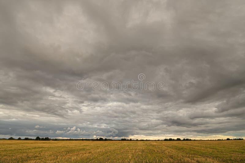 Nubes sobre el campo fotos de archivo