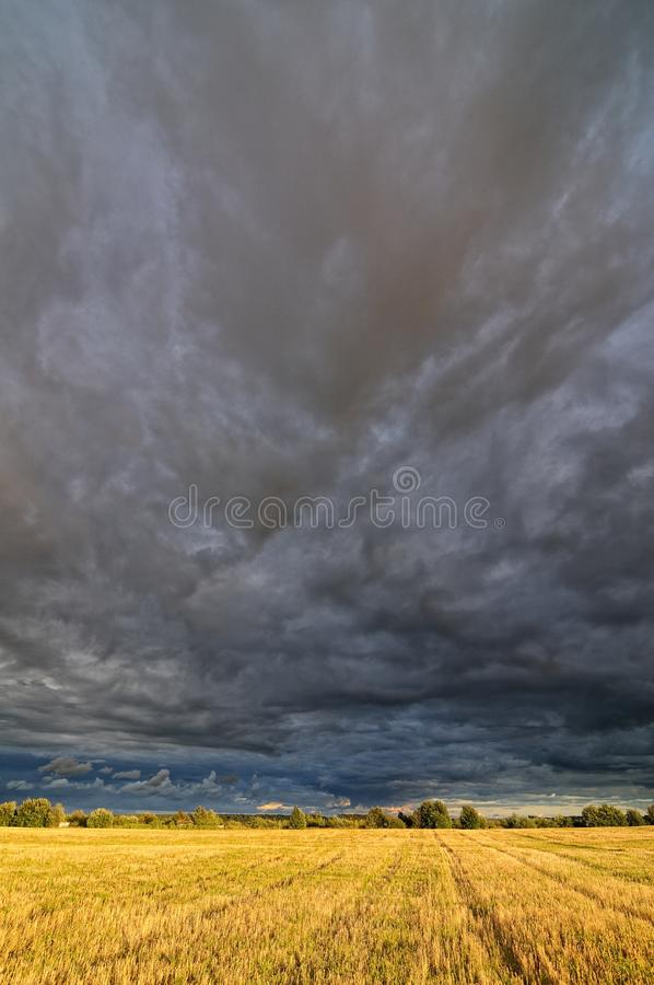 Nubes sobre el campo fotografía de archivo libre de regalías