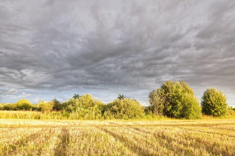 Nubes sobre el campo fotos de archivo libres de regalías