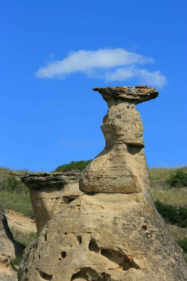 Nubes sobre el casquillo de la roca imagenes de archivo