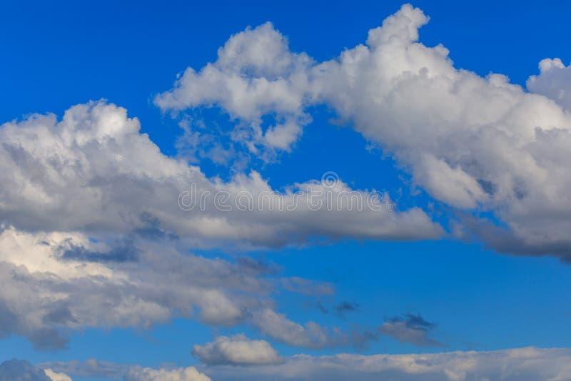 Nubes sobre el cielo azul ilustración del vector