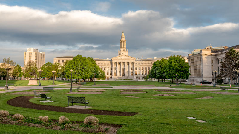 Nubes sobre el couthouse del estado en Denver imagenes de archivo