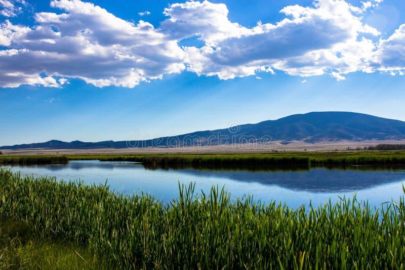 Nubes sobre el grandes lago y pantano en Monte Vista National Wildlife Refuge en Colorado meridional imágenes de archivo libres de regalías