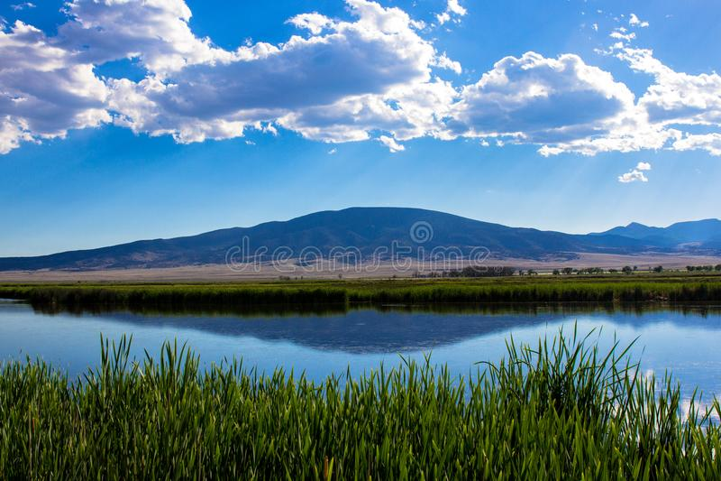 Nubes sobre el grandes lago y pantano en Monte Vista National Wildlife Refuge en Colorado meridional imagen de archivo libre de regalías