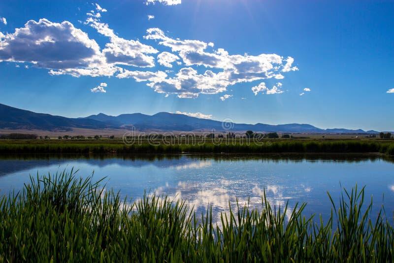 Nubes sobre el grandes lago y pantano en Monte Vista National Wildlife Refuge en Colorado meridional imagenes de archivo