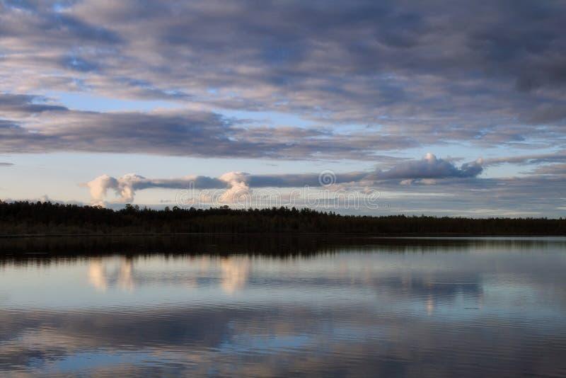 Nubes sobre el lago fotos de archivo libres de regalías
