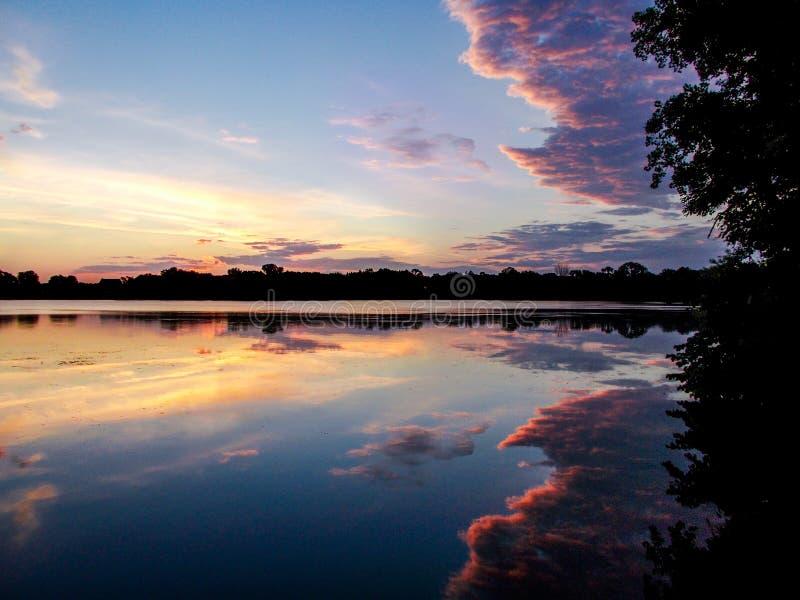 Nubes sobre el lago santo name imagenes de archivo