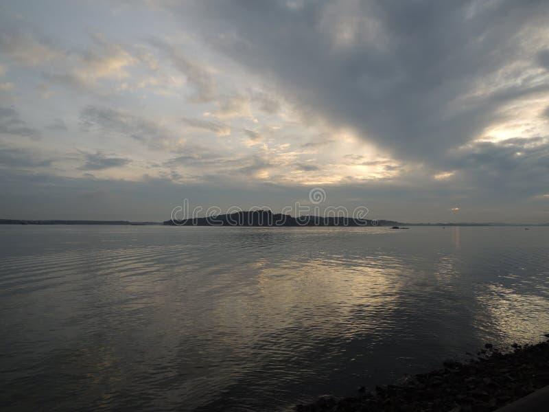 Nubes sobre el mar fotos de archivo
