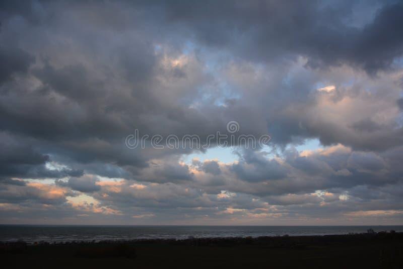 Nubes sobre el mar imagenes de archivo