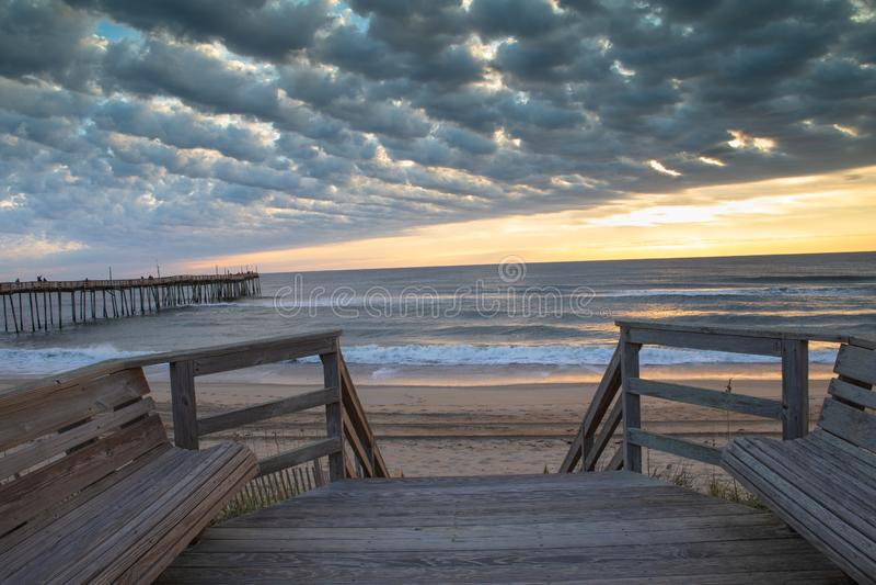 Nubes sobre el Océano Atlántico en Avon NC foto de archivo
