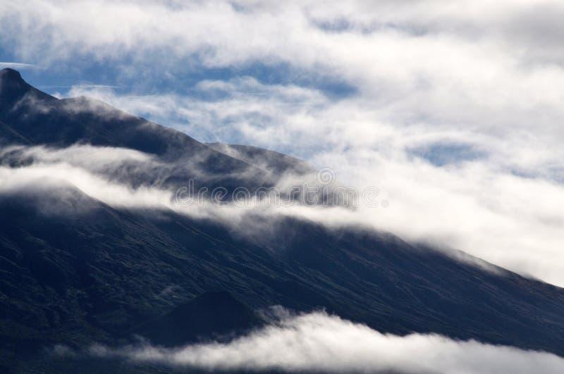 Nubes sobre el volcán imagenes de archivo
