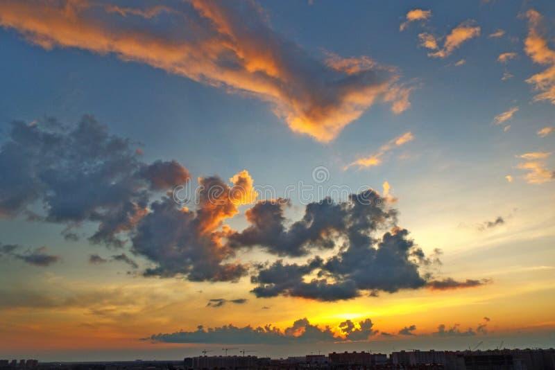 Nubes sobre la ciudad en la caída foto de archivo libre de regalías