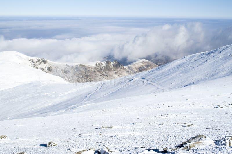 Nubes sobre la montaña del invierno de la nieve, Bulgaria imagen de archivo libre de regalías