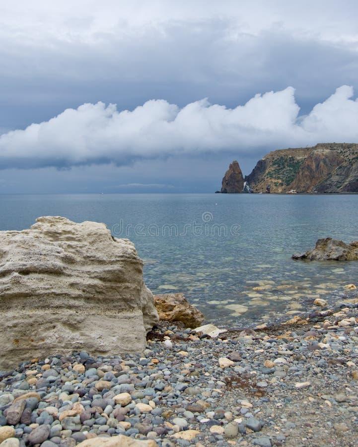 Nubes sobre la orilla de mar imagen de archivo