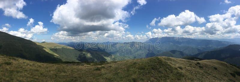 Nubes sobre las colinas imagenes de archivo