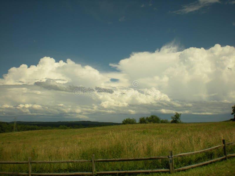 Nubes sobre las colinas imagen de archivo