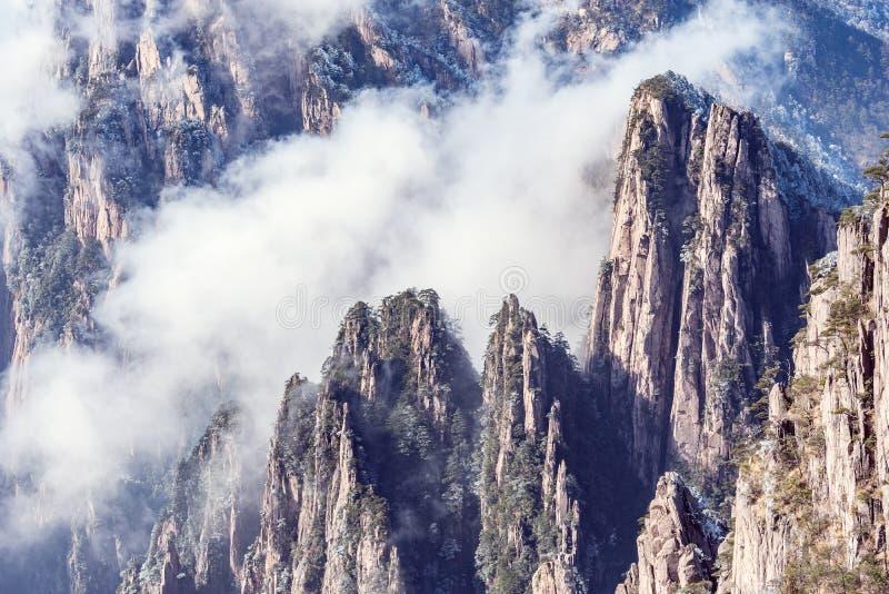Nubes sobre los picos del parque nacional de Huangshan foto de archivo