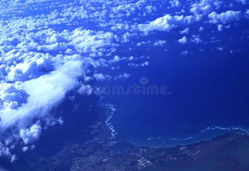 Nubes sobre paraíso tropical, Oahu, Hawaii imagen de archivo