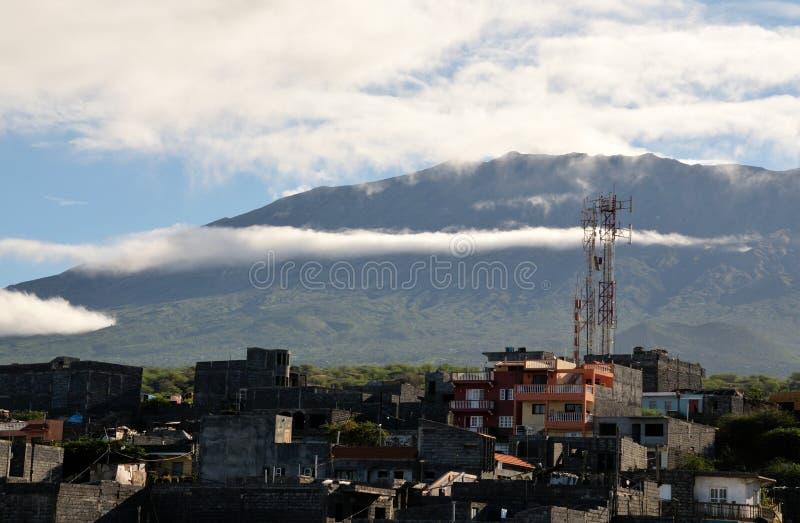 Nubes sobre una ciudad de crecimiento foto de archivo