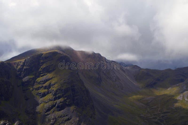 Nubes sobre una montaña escocesa foto de archivo libre de regalías