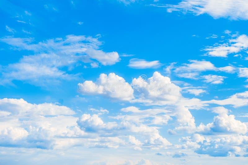 Nubes soleadas brillantes en un cielo azul Fondo celeste fotos de archivo