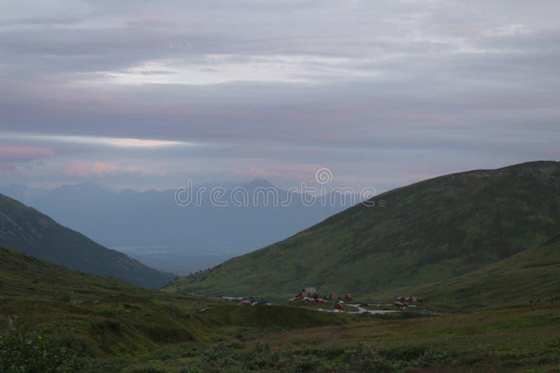 Nubes sombrías sobre lodge de montaña fotos de archivo libres de regalías