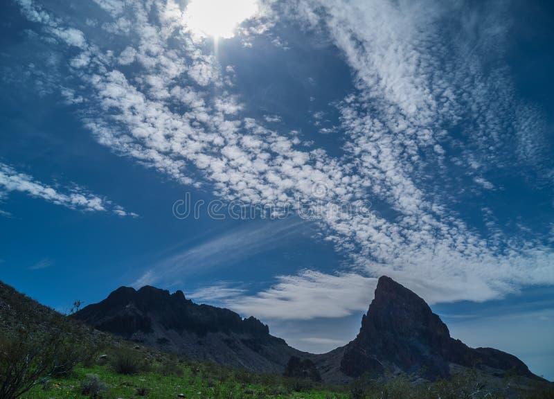 Nubes surrealistas a lo largo de las montañas negras en Arizona foto de archivo