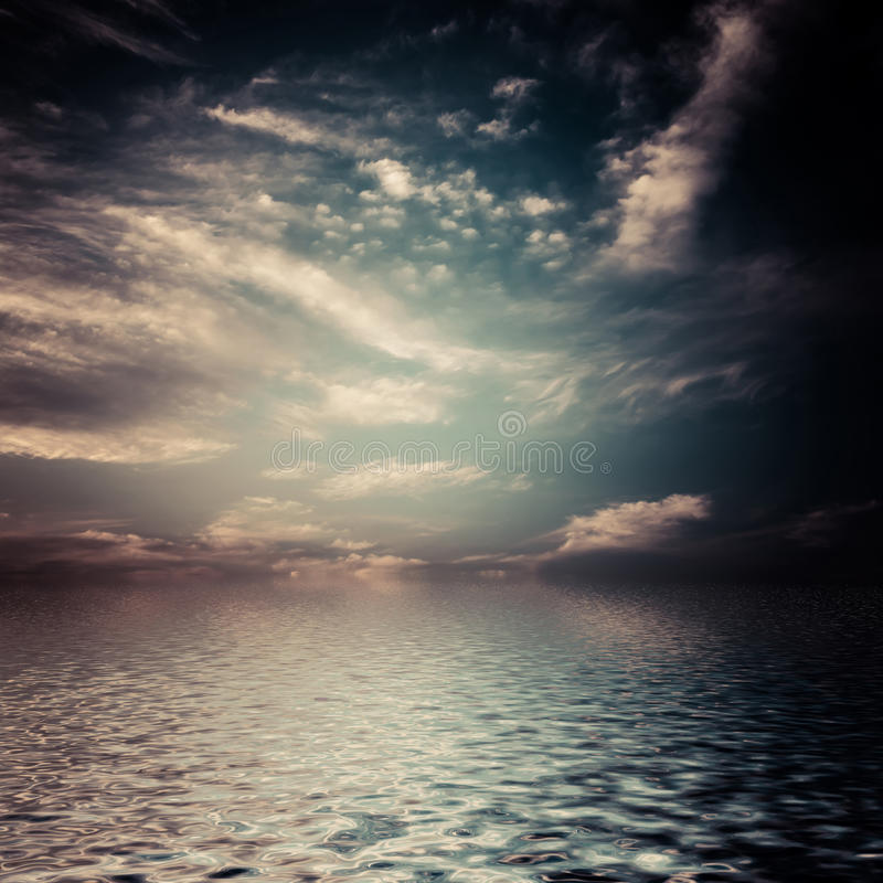 Nubes surrealistas, oscuras. fotografía de archivo libre de regalías