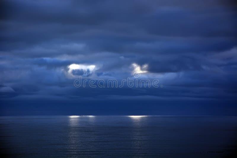 Nubes tempestuosas sobre el Océano Pacífico imagen de archivo