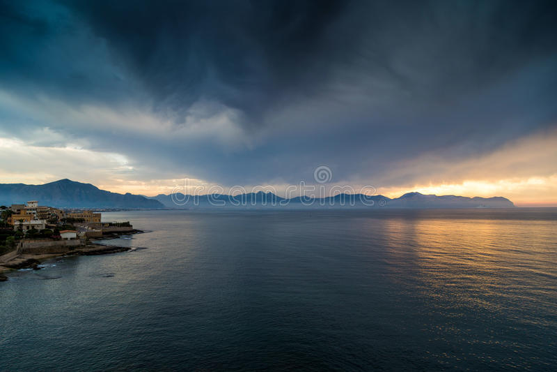 Nubes tempestuosas sobre la ciudad de Aspra en Palermo, Sicilia fotos de archivo libres de regalías
