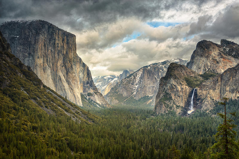 Nubes tempestuosas sobre la opinión del túnel en Yosemite fotos de archivo