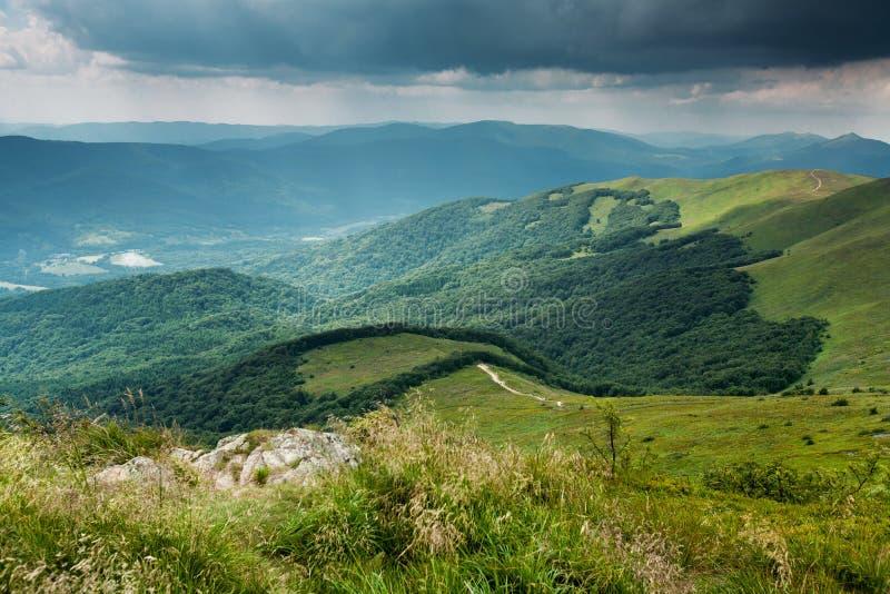 Nubes tempestuosas sobre las montañas de Bieszczady, opinión de Polonia de Tarnica imagen de archivo