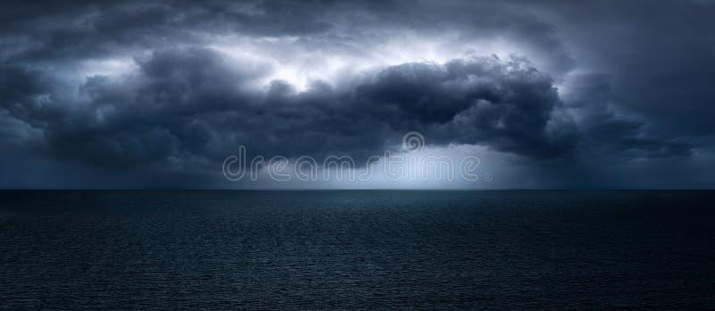 nubes turbulentas oscuras y dramáticas fotografía de archivo libre de regalías