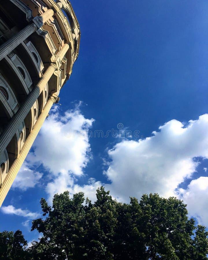 Nubes vistas de debajo fotos de archivo
