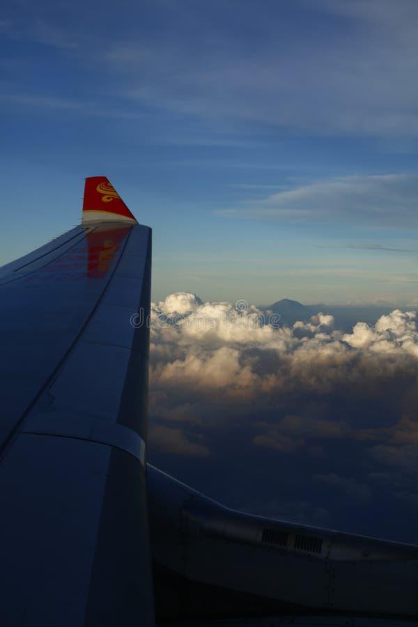Nubes y ala plana foto de archivo
