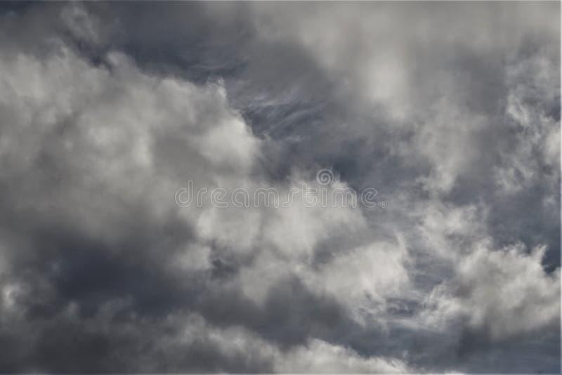 Nubes y briznas grises imagen de archivo