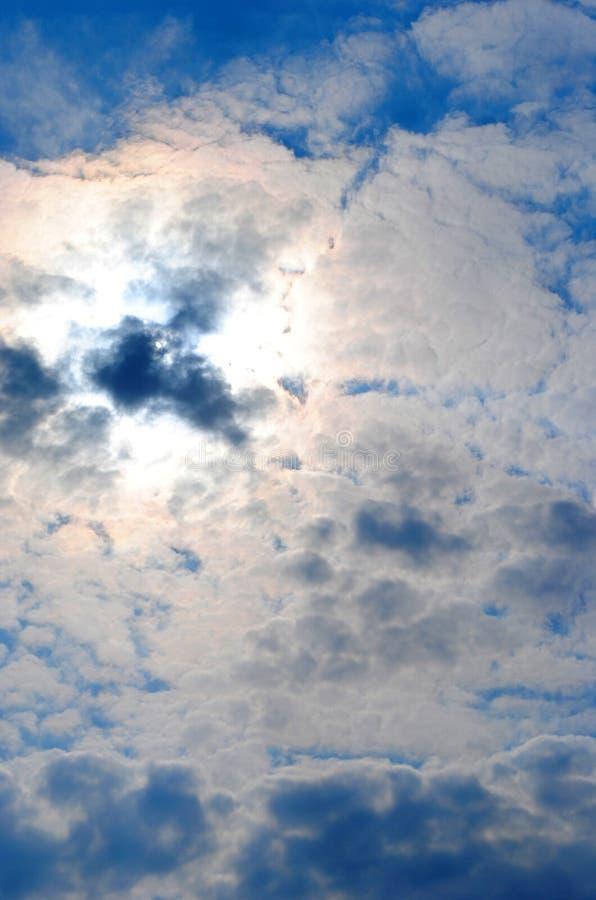 Nubes y cielo azul en la luz trasera imágenes de archivo libres de regalías