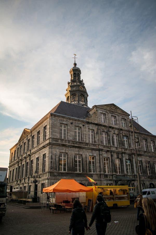 Nubes y cielo azul sobre paradas del ayuntamiento y del mercado imagenes de archivo