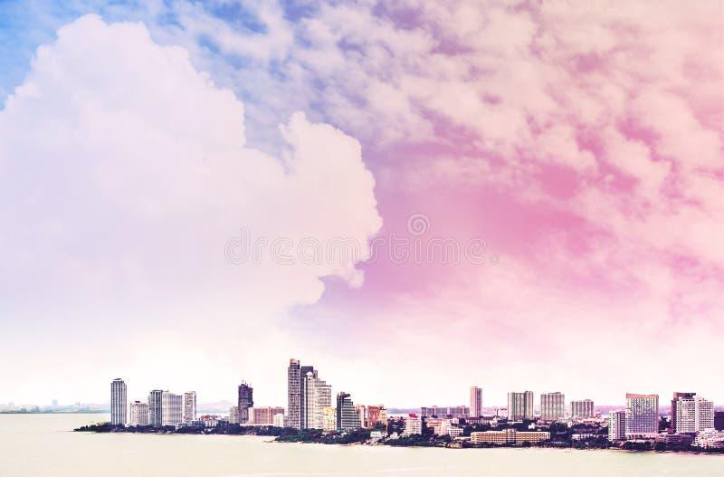 Nubes y cielo coloridos con la opinión de la ciudad del alto ángulo, de la ciudad de Pattaya en Tailandia imágenes de archivo libres de regalías
