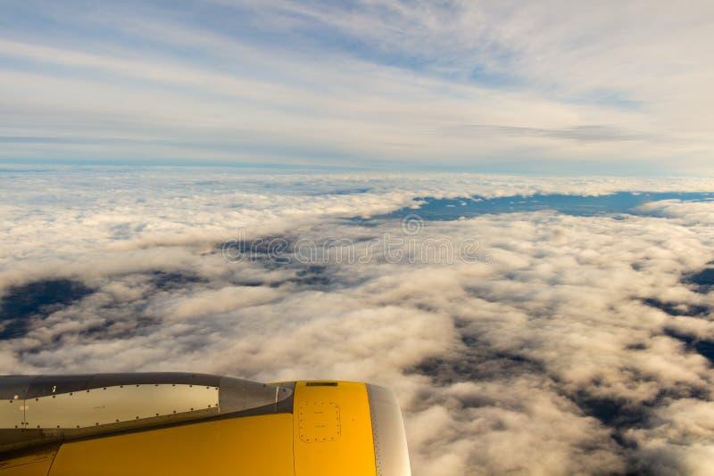 Nubes y cielo como a través vista ventana de aviones/de un aeroplano imagen de archivo