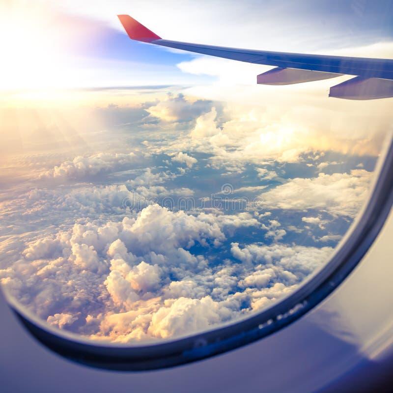 Nubes y cielo como a través vista ventana de un avión imagen de archivo