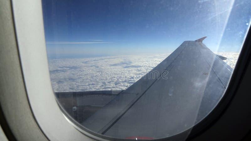 Nubes y cielo como a trav?s vista ventana de un avi?n foto de archivo libre de regalías