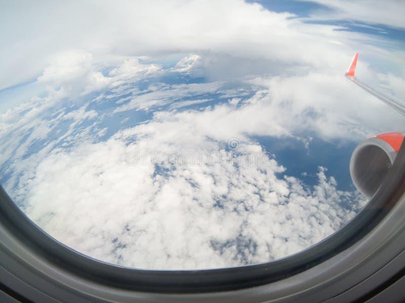 Nubes y cielo como a trav?s vista ventana de un avi?n fotos de archivo libres de regalías