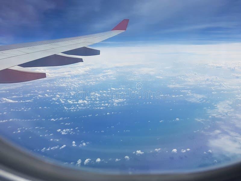Nubes y cielo como a trav?s vista ventana de un avi?n imagenes de archivo