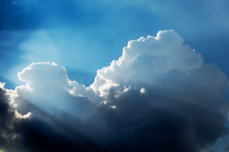 Nubes y cielo dramáticos imagen de archivo libre de regalías