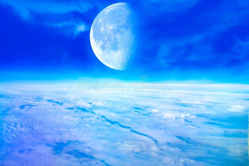 Nubes y cielo dramáticos de la noche con la Luna Llena grande foto de archivo